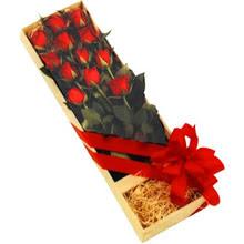 kutuda 12 adet kirmizi gül   Gaziantep anneler günü çiçek yolla
