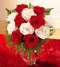 Gaziantep çiçek , çiçekçi , çiçekçilik  5 adet kirmizi 5 adet beyaz gül cam vazoda