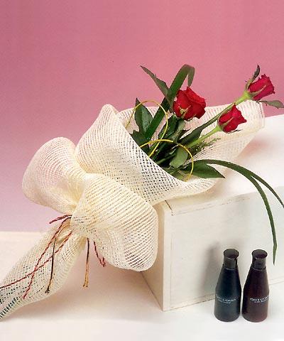 3 adet kalite gül sade ve sik halde bir tanzim  Gaziantep çiçek gönderme sitemiz güvenlidir