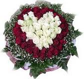 Gaziantep çiçekçiler  27 adet kirmizi ve beyaz gül sepet içinde