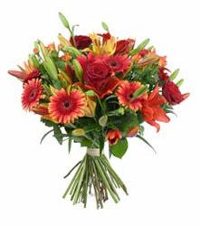 Gaziantep hediye sevgilime hediye çiçek  3 adet kirmizi gül ve karisik kir çiçekleri demeti