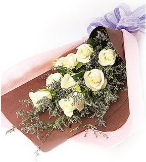 Gaziantep çiçekçi telefonları  9 adet beyaz gülden görsel buket çiçeği