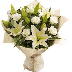 Gaziantep hediye çiçek yolla  3 dal kazablanka ve 7 adet beyaz gül buketi
