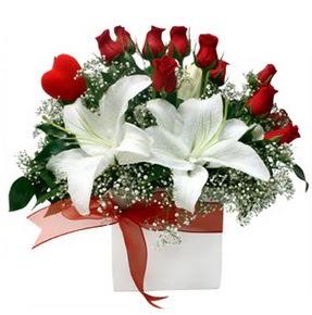 Gaziantep yurtiçi ve yurtdışı çiçek siparişi  1 dal kazablanka 11 adet kırmızı gül vazosu