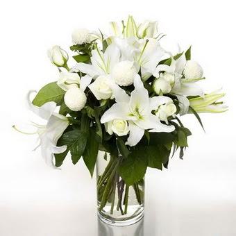 Gaziantep 14 şubat sevgililer günü çiçek  1 dal cazablanca 7 adet beyaz gül vazosu