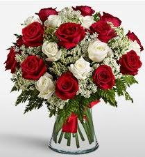 Vazoda 12 kırmızı 12 beyaz gül tanzimi  Gaziantep çiçek , çiçekçi , çiçekçilik