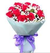 12 adet kırmızı gül ve beyaz kır çiçekleri  Gaziantep yurtiçi ve yurtdışı çiçek siparişi
