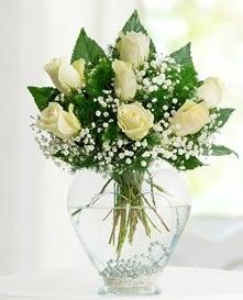 Cam içerisinde 7 adet beyaz gül  Gaziantep çiçek satışı