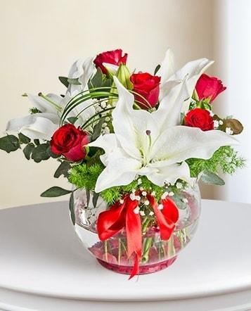 Fanus Vazoda 2 Lilyum ve 5 Gül Dansı  Gaziantep hediye sevgilime hediye çiçek