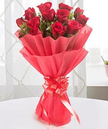 12 adet kırmızı gülden modern buket  Gaziantep anneler günü çiçek yolla